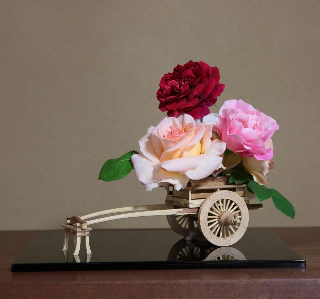 Rose Flower Arrangement with Rose Hanaguruma 02-1:花車を使ったバラの生け花 作例2-1