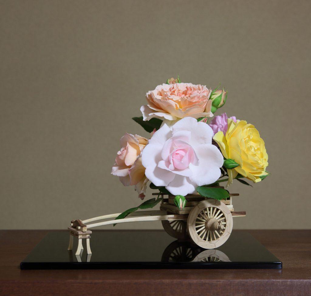 バラの花車とバラの生け花の作例