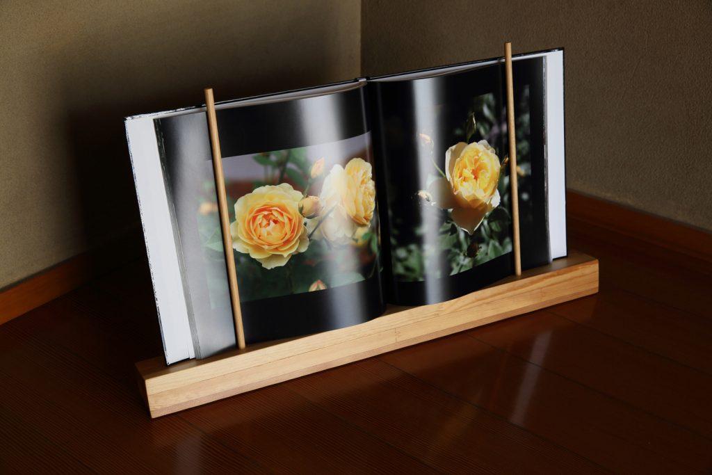 展示用本立てに載せたバラの写真集