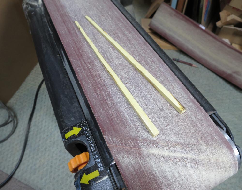ベルトサンダでナンテン(南天)材を箸の形に研削整形する