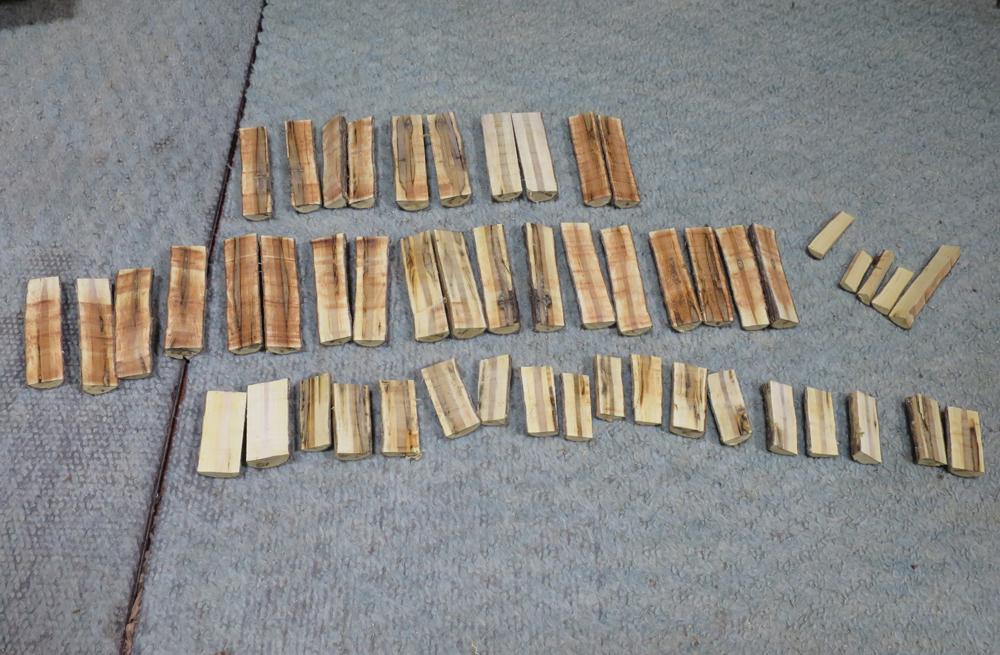 ナンテンによる櫛の製作:糸鋸盤で二分割する