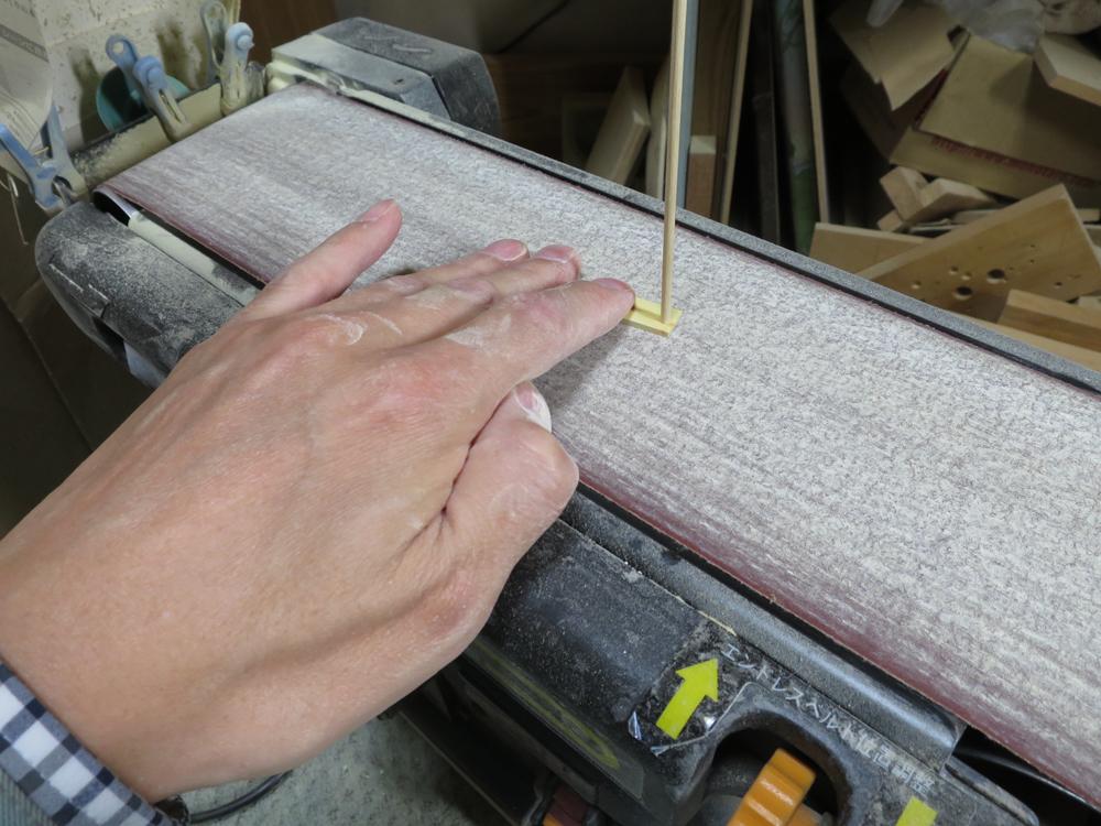ナンテンによる櫛の製作:ベルトサンダでの薄い材の保持