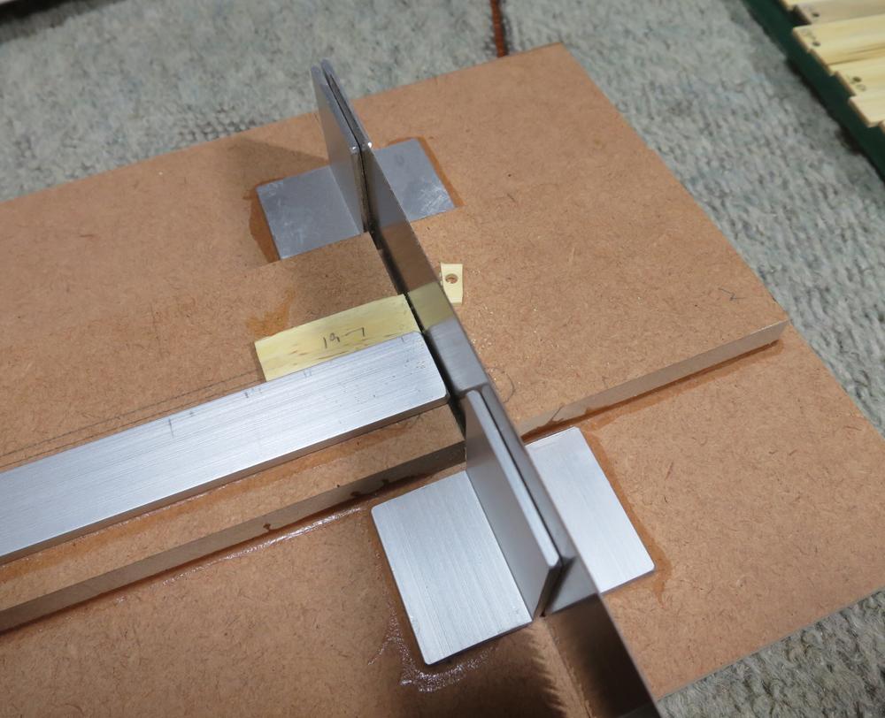 ナンテンによる櫛の製作:中間材端面を垂直に切断