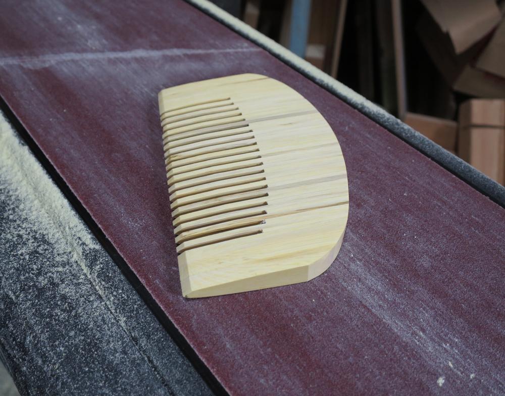 ナンテンによる櫛の製作:整形作業1
