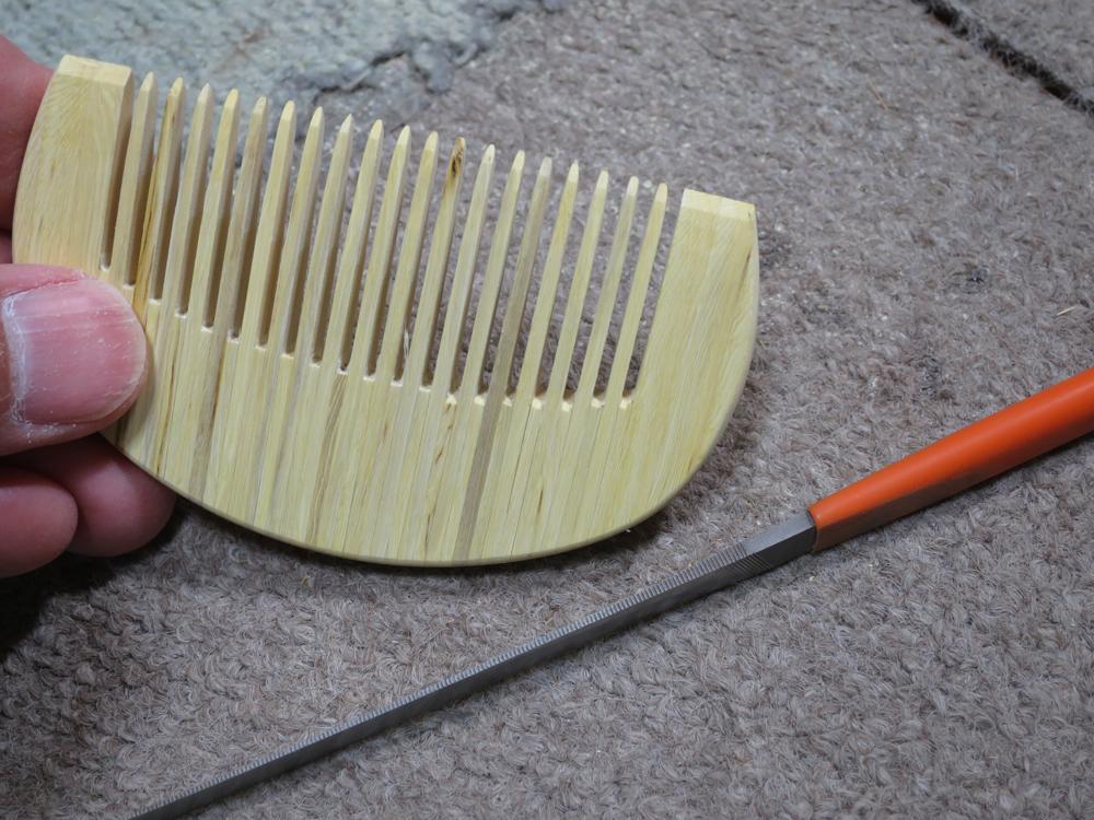 ナンテンによる櫛の製作:歯の根元を整形する